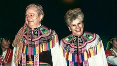 Harvey und Kathleen in der traditionellen Tracht der Ami.