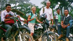 Vanêssa, Alêks û sê bira bi motosikleta rêve diçin û teglîfnemên Bîranînê bela dikin.