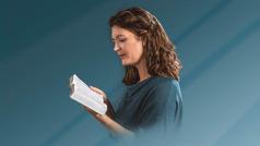 اخت تقرأ الكتاب المقدس
