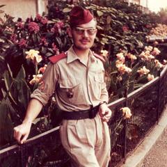 لوي لابس ثيابا عسكرية