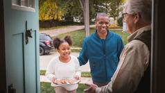 Ein Bruder und seine Tochter besuchen einen älteren Bruder und bringen ihm selbstgebackene Kekse mit.