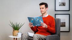 Një vëlla shqyrton një mësim nga broshura «Kushtoju leximit dhe mësimdhënies».