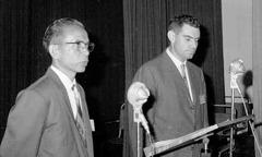 «Түбөлүк жакшы кабар» деген эл аралык жыйында баяндама айтып жаткан Роналд Жакэ жана котормочу, 1963-ж.