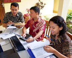Ett team på norra Sumatra som översätter till batak-toba.