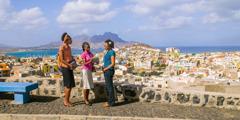 Mga Saksi ni Jehova na nangangaral sa isang babae sa Cape Verde