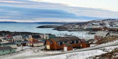 Het Inuitdorp Kangirsuk in het noorden van Quebec (Canada)