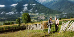 Gürcistan'ın dağlık bölgesinde bir Yehova'nın Şahidi bir adama iyi haberi duyuruyor