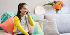 Оливија из Аустралије разговара сваспитачицом преко телефона