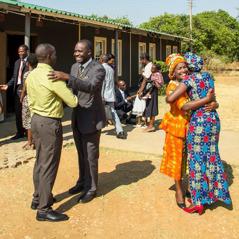 Nekdanja člana betelske družine prispeta v novo občino, ki ju prisrčno sprejme.
