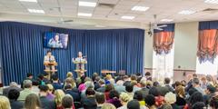 Җитәкче советтан Стивен Летт Кыргызстан филиалының багышлануында нотык сөйли