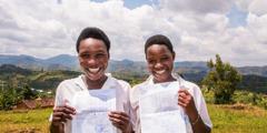 Dve mladi Priči iz Ruande sta srečni, ker sta se lahko vrnili v šolo.