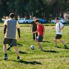 Jorge spelar fotboll med några bröder i Argentina.