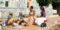 2Témoins de Jéhovah parlent de la bonne nouvelle à 2femmes ndébélées en Afrique du Sud