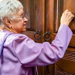 Una sorella anziana predica con zelo la buona notizia