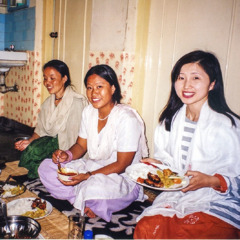 Michiyo Kumagai and others enjoy a meal together