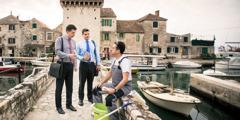 Sedulur lanang nawakké selebaran ing cedhak kutha Split, Kroasia