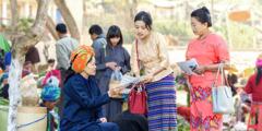 Chwiorydd yn pregethu yn Myanmar