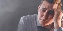 Žalostan čovjek drži se za glavu