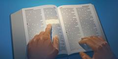 Una persona leyendo la Regla de Oro en la Biblia.
