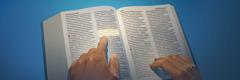 Isang taong binabasa sa Bibliya ang tinatawag ng marami na Gintong Tuntunin.
