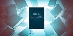 Vários livros de pesquisa em volta de uma Bíblia Sagrada.