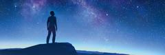 კაცი ვარსკვლავებით მოჭედილ ცას შეჰყურებს.