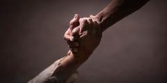 მამაკაცს გასაჭირში მყოფისთვის ხელი აქვს ჩაჭიდებული