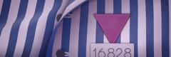 နာဇီအကျဉ်းစခန်းတွေမှာ ယေဟောဝါသက်သေတွေဖြစ်မှန်း သိစေတဲ့ ခရမ်းရောင်တြိဂံ၊ အကျဉ်းသားနံပါတ် တပ်ထားတဲ့ အစင်းကြောင်းပါတဲ့ အင်္ကျီကို တွေ့ရစဉ်။