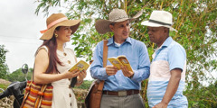 """Marcela és Madián beszélget egy férfival vidéken. Megmutatják neki a """"Mit tanít valójában a Biblia?"""" című könyvet."""