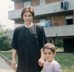 Virginia, înainte să se îmbolnăvească, ținându-l de mână pe fiul ei, Alessandro