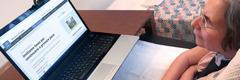 Si Virginia, nga nag-antos sa locked-in syndrome, nagbasag tun-anang artikulo sa 'Bantayanang Torre' diha sa iyang laptop computer.