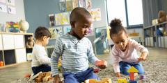 Gyermekek együtt játszanak egy olyan helyen, ahol napközben felügyelnek rájuk.
