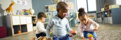 Dans une crèche, des enfants s'amusent avec des jouets.