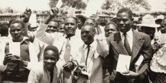 Αδελφοί κρατούν ένα βοήθημα ανάγνωσης στη γλώσσα τσινιάτζα σε συνέλευση που έγινε το 1954 στην Τσινγκόλα της Ζάμπιας.