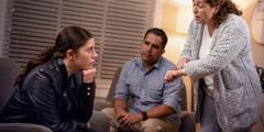門限を過ぎて帰ってきた娘に親が心配そうに話し掛けている。