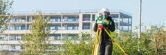 Una topògrafa inspeccionant i registrant el treball dels paisatgistes.