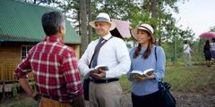 Donald Williams și soția lui, Nuria, îi predică unui bărbat având Biblia deschisă în mână