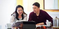 Erwin și soția sa, Brenda, în timp ce studiază Biblia împreună