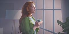 Uma mulher em casa, olhando pela janela.
