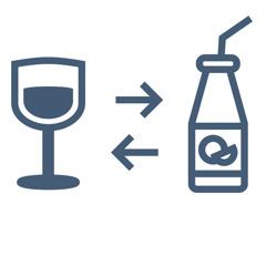 Uma taça de vinho do lado de uma garrafa de suco.