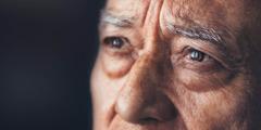 Um homem mais velho com olhar preocupado.