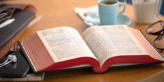 Une bible ouverte.