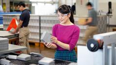 一名在印刷厂工作的耶和华见证人检查刚印制好的圣经。