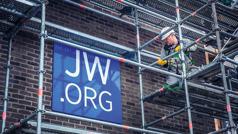 一名耶和华见证人在崇拜场所外安装脚手架(鹰架)。