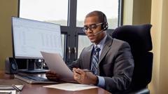 一名耶和华见证人在办公室处理行政工作。
