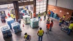 耶和华见证人在仓库里分配救援物资。