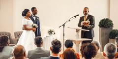 Pruut ja peigmees abielluvad kuningriigisaalis. Jehoova tunnistajate vaimulik esitab Piiblil põhineva pulmakõne.