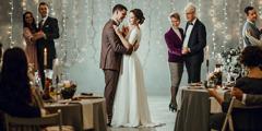 Pruut ja peigmees ja nende külalised tantsimas pulmapeol.
