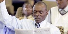 Mies lukee yksinkertaistetulla englannin kielellä kirjoitettua Vartiotornia