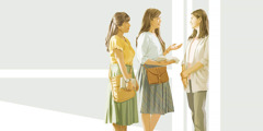 Свідок Єгови розмовляє з жінкою у неї вдома